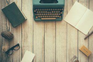 en gammal skrivmaskin på ett träbord