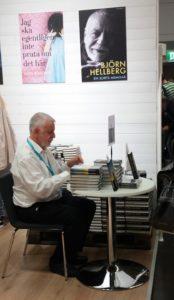 Björn Hellberg signerar sina böcker