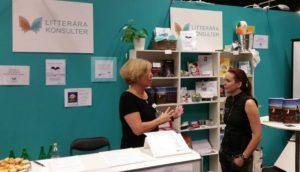 Sara Lövestam pratar med Ann Ljungberg i Litterära konsulters monter